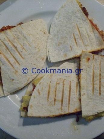 quesadillas-με-ομελέτα-και-λουκάνικο